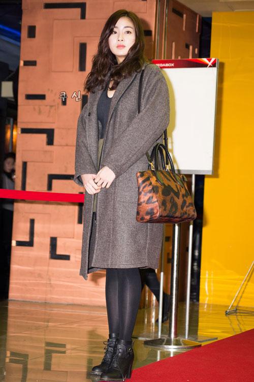 Kang Sora quyến rũ với áo khoác dạng dài và giày boot nữ cổ ngắn