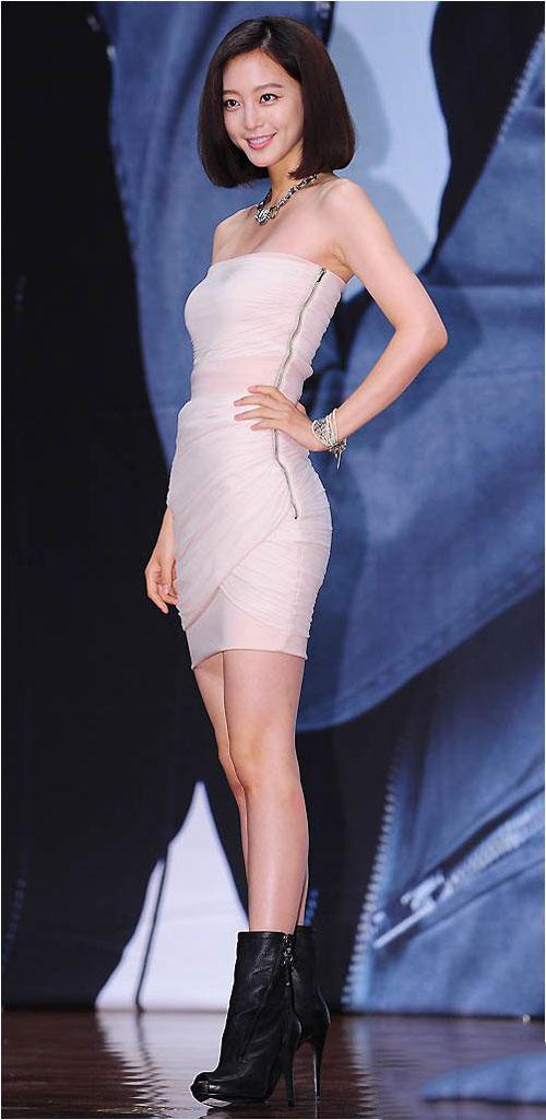 Mix đầm liền và boot nữ cổ ngắn làm cho mỹ nhân Hàn càng thêm sành điệu