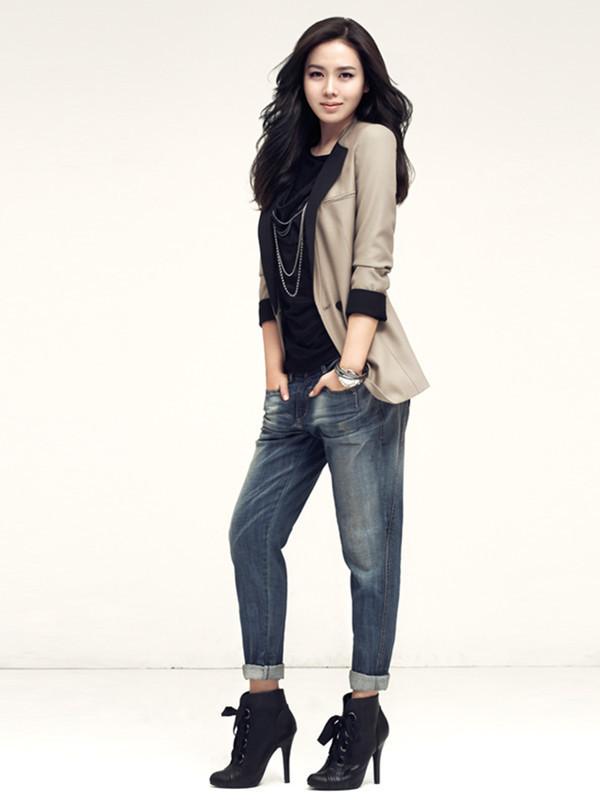 Thời thượng với phong cách công sở kết hợp cùng giày boot nữ cổ ngắn của Son Ye Jin